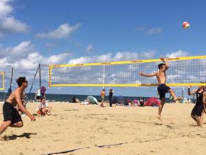 Bas aan het beachvolleybalfreestylen met zijn beste maatje Max.
